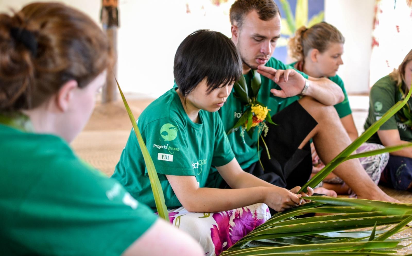 異文化体験ボランティアたちがフィジー伝統の葉編みを学習